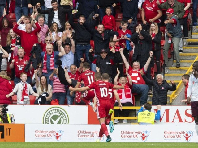Aberdeen's players celebrate Ryan Hedges' late winner