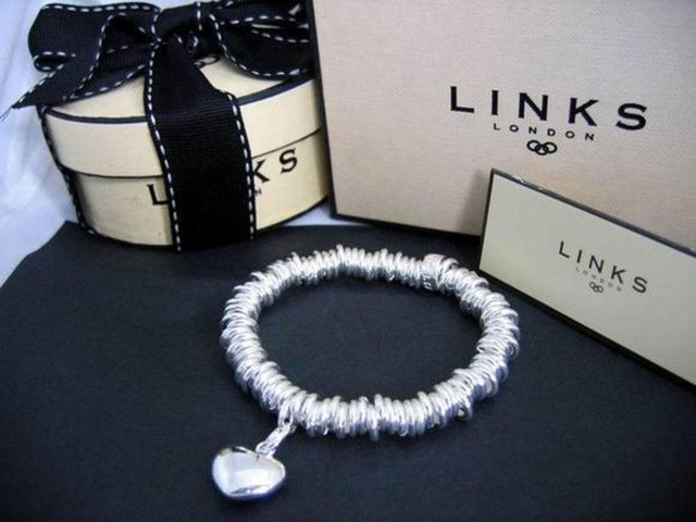 Links of London has two outlets in Scotland - one in Edinburgh and one in Glasgow