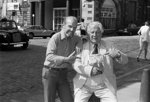 Evening News journalist John Gibson gives the thumbs-up to broadcaster, writer, raconteur and actor Peter Ustinov, promoting his book 'My Russia' in Edinburgh in August 1984.
