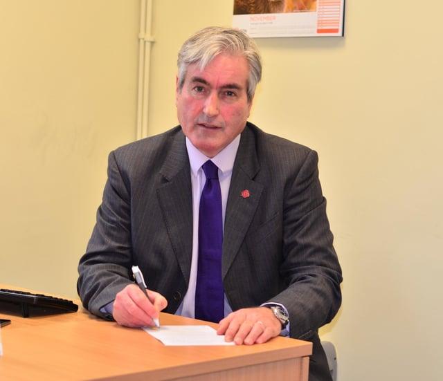Iain Gray MSP signs the pledge for palliative care