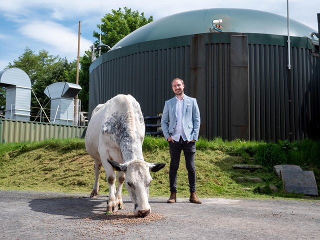 Josh Riddett von Easy Crypto Hunter auf einer Farm, auf der tierische Abfälle verwendet werden, um eine Kryptowährungsmine anzutreiben. BILD: SWNS.