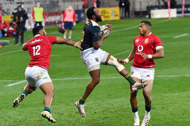 South African captain Lukhanyo Am grabs the ball ahead of Bundee Aki and Anthony Watson.