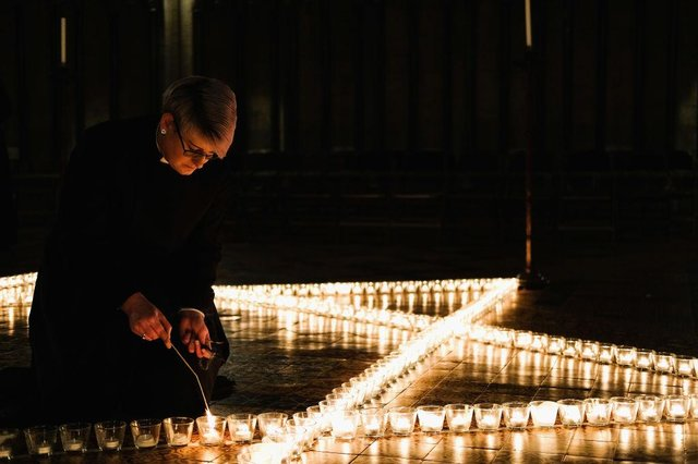 Verger Jessica Cook lights six hundred candles set out on the floor in the form of the Star of David during a special event to commemorate Holocaust Memorial Day 2018 in York Minster (Photo: Ian Forsyth/Getty Images)