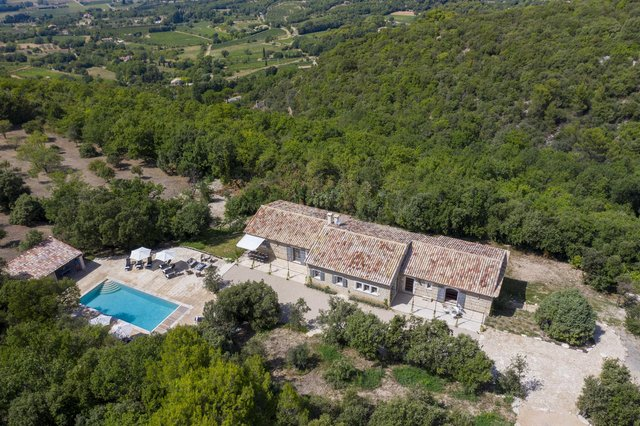 Le Mas des Chenes Verts, Provence, France, has views of the Luberon Valley and Mont Ventoux.
