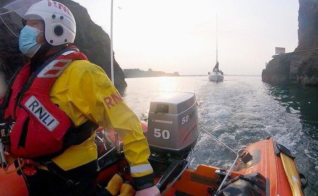 Alan Blair, ILB helm, guides the Kerry Girl yacht safely into Dunbar harbour (Photo: RNLI).