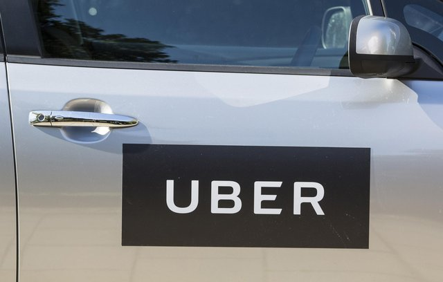 Uber drivers in the UK are to get a guaranteed minimum wage, holiday pay and pensions.