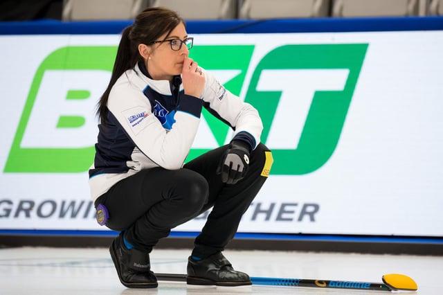 Eve Moorehead는 LGD 세계 여자 컬링 선수권 대회에서 한국과의 스코틀랜드 경기에서 그녀의 다음 움직임에 대해 생각합니다.  이미지 : Steve Sixero / WCF