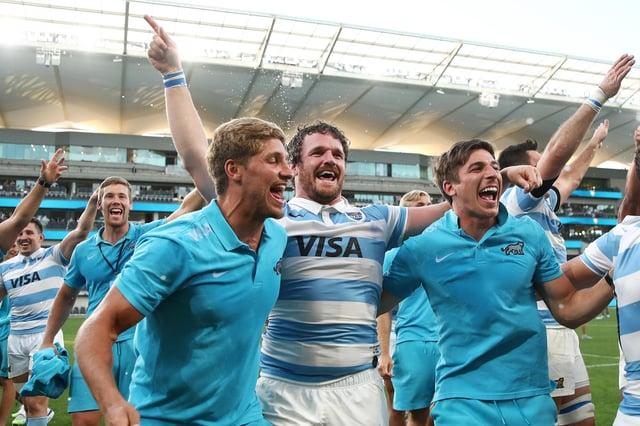 Domingo Mioti, Julian Montoya y Sebastian Chancellor celebran la espectacular victoria de Argentina sobre Nueva Zelanda en el trío de 2020.  Mioti y Concejal se unirán a Glasgow la próxima temporada.  Imagen: Cameron Spencer / Getty Images