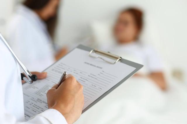 Les étudiants en médecine peuvent obtenir des stages, mais cela dépend si les hôpitaux disposent des ressources nécessaires (Image: Getty Images / iStockphoto).