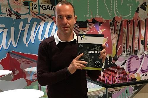 Martin Lewis avec le livre, qui a été développé pour aider les écoles à proposer un programme holistique d'éducation financière.  Image : contribué.