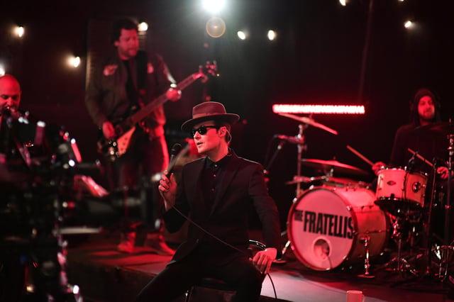 John Fratelli doufá, že jeho skupina zazpívá jeho remasterovanou diskotéku Baccara classic Ano, pane, můžu tancovat v létě - dokud fanoušci dokážou