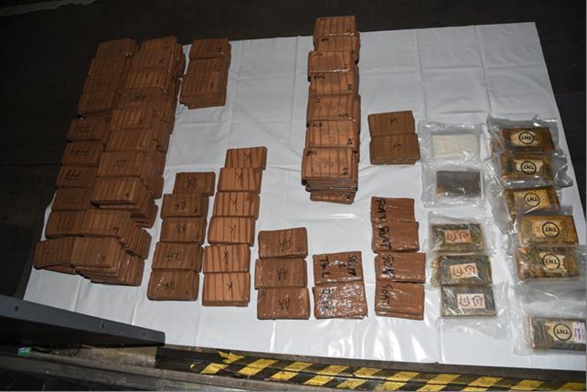 Pria ditangkap di tengah penyelidikan penyelundupan kokain senilai £19 juta di bus