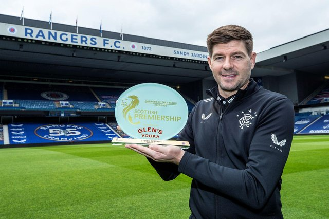 Steven Gerrard with the Glen's Manager of the Year award from the SPFL.
