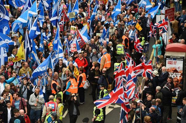 Les partisans de l'indépendance et de l'Union tiennent les Saltiers et les Union Jack écossais pour montrer leurs allégeances (Photo: Andy Buchanan / AFP via Getty Images)