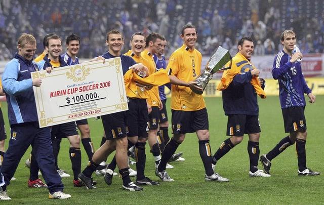 スコットランドのデビッドウィアーは2006年5月13日、日本埼玉で開かれた埼玉スタジアムで行われたスコットランドと日本の間のキリンカップサッカー2006のチームと一緒に優勝トロフィーを持っている。  (写真:Koichi Kamoshida / Getty Images)