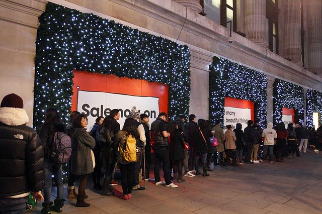 Shoppers queue outside Selfridge department store during the early hours of Boxing Day. (Pic: Getty Images)