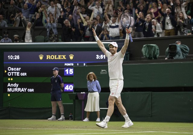 Andy Murray waves to the crowd after defeating Oscar Otte