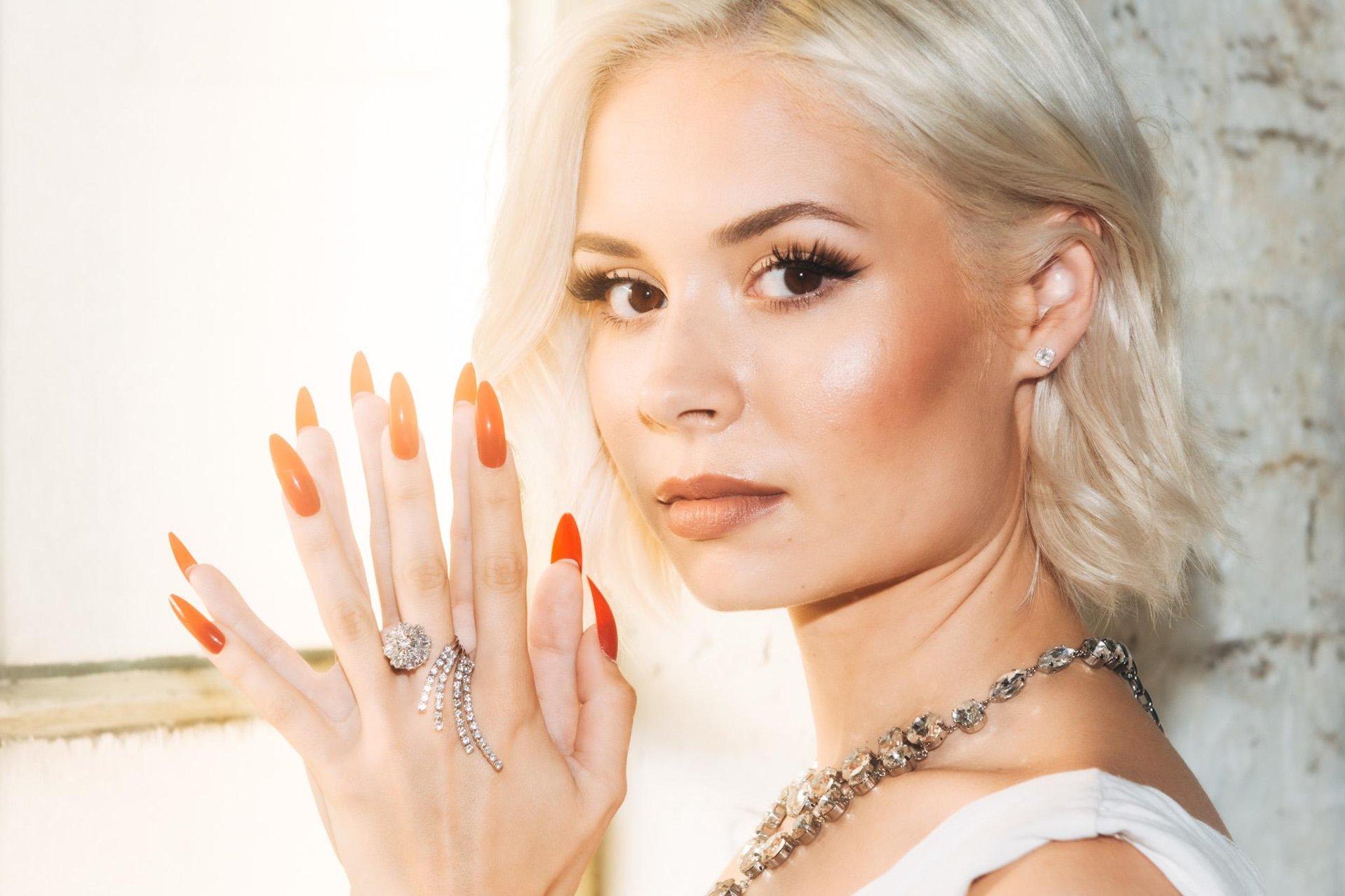 Nina Nesbitt dari Edinburgh melakukan Abba dan menjadi avatar untuk pertunjukan virtual